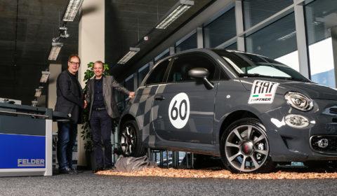 Hansjörg Felder und Harald Nössig bei Übergabe des Fiat 500S